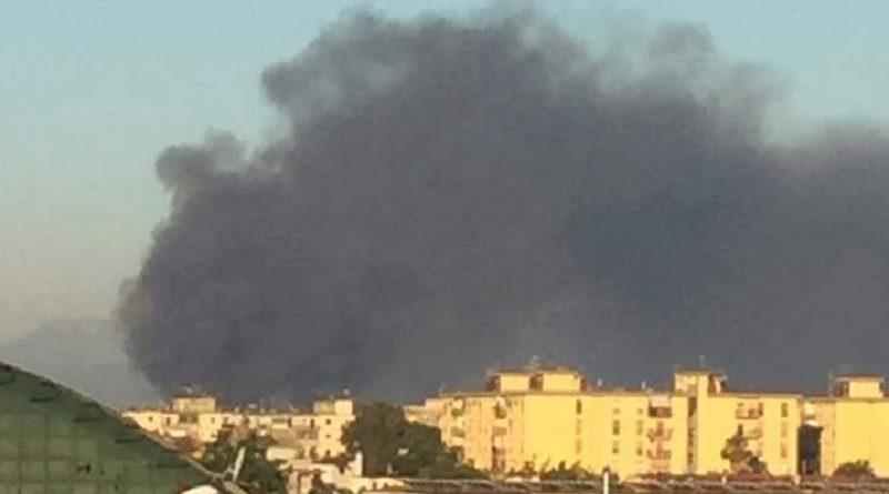 bff295670e435 (VIDEO) Maxi incendio tra Casalnuovo ed Afragola  partito dal campo rom -  LaRampa.it
