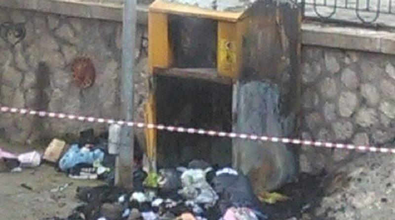 Capua. Segnalazione del cittadino  bruciato cassonetto raccolta vestiti  usati - LaRampa.it 53b5516b3ed