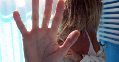 Costringe la moglie a dormire sul balcone: arrestato