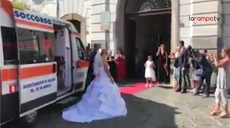Auguri Matrimonio In Napoletano : Video sposa infermiera al matrimonio con l ambulanza polemica