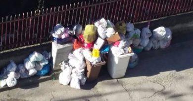 (FOTO) Aversa. Segnalazione cittadino: palazzine di San Lorenzo tra rifiuti e sfratti