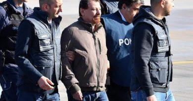 Perché Cesare Battisti non aveva le manette ai polsi all'arrivo a Ciampino?