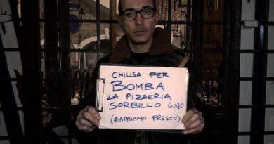 (FOTO) Bomba contro ingresso storica pizzeria Sorbillo a Napoli