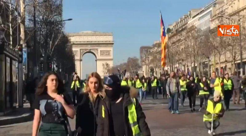 (VIDEO) Francia. Corteo Gilet Gialli, anche bandiere indipendentiste catalane
