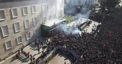 (VIDEO) Albania. Assaltata la sede del Governo