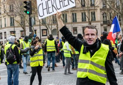 (VIDEO) Francia. Gilet Gialli, cori e cartelli contro Macron a Parigi