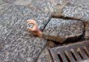 (FOTO) Napoli. San Gregorio Armeno, spunta una mano dal basolato