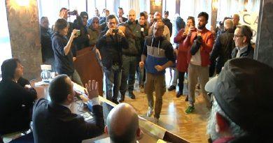 (VIDEO) Taranto. Contestazione contro i deputati M5S