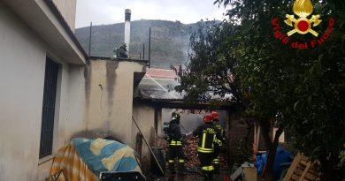 (FOTO/VIDEO) Paura in Campania, incendio in un capanno agricolo: in fumo 20 quintali di nocciole