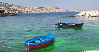 (FOTO/VIDEO) Il mare di Riva Fiorita a Posillipo è diventato verde all'improvviso