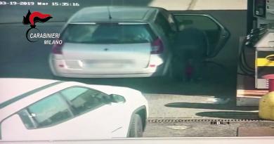 (VIDEO) Bus in fiamme, Ousseynou Sy ripreso mentre riempie tanica benzina