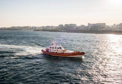 Traghetto arenato a Ischia: passeggeri a terra con gommoni