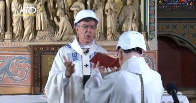 (VIDEO) Parigi. A Notre Dame messa tra le macerie