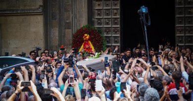 (VIDEO) Napoli. Addio a Luciano De Crescenzo tra lacrime e sorrisi