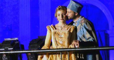 (VIDEO) In 100mila a Teggiano: emoziona il bacio tra il Principe e la Principessa Costanza