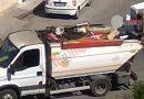 (VIDEO) Aversa. Raccolta rifiuti, addetti mischiano umido e carta