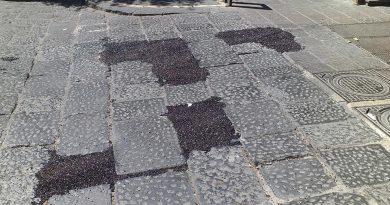 (VIDEO) Aversa. Segnalazione cittadino: basoli 'sostituiti' dall'asfalto