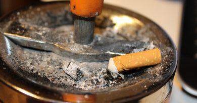 Pericolo fumo di terza mano: le sostanze nocive rimangono sui vestiti e l'odore causa litigi