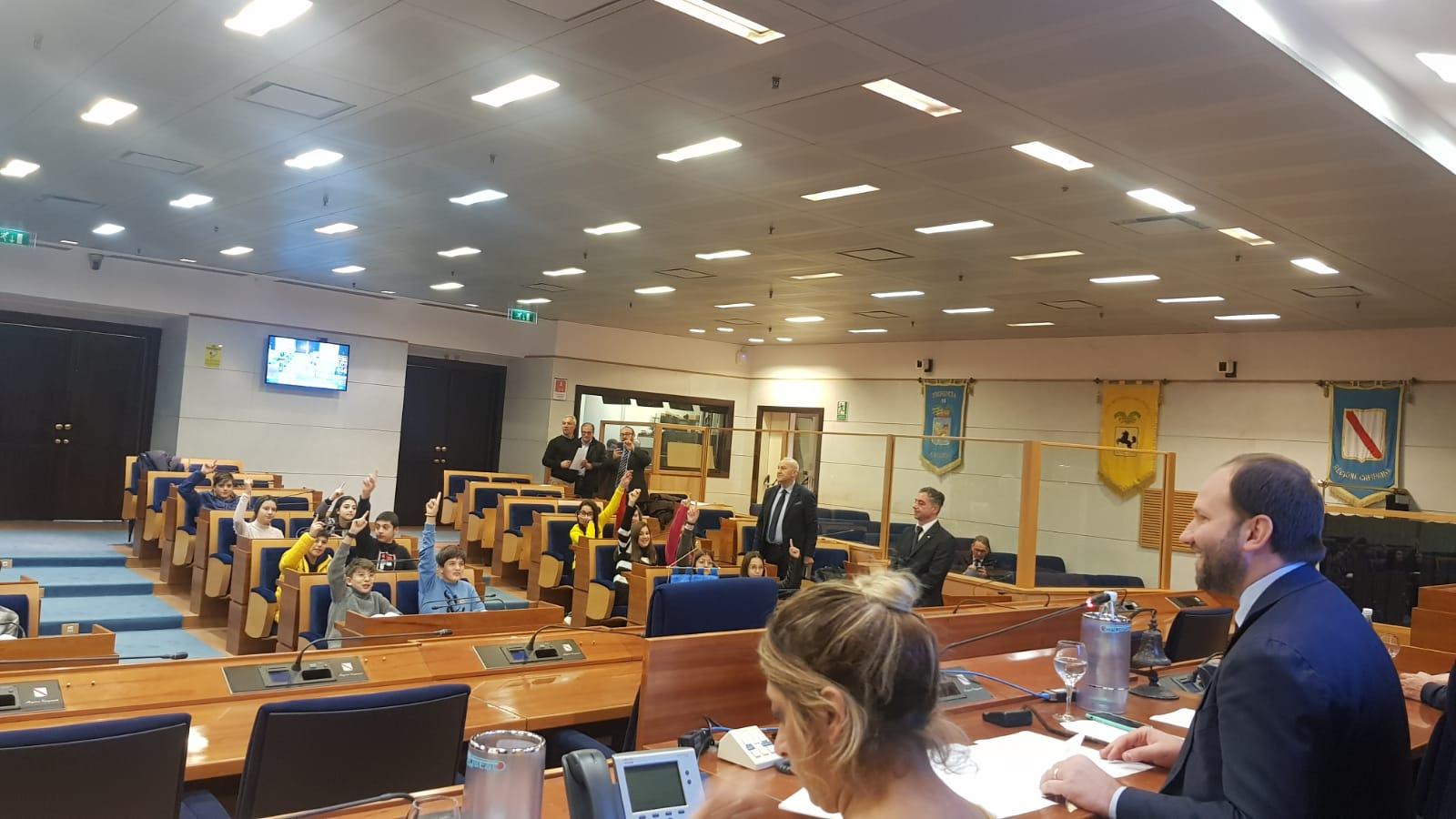 Napoli Gli Alunni Dell Ic Maddaloni 1villaggio In Consiglio Regionale Larampa It