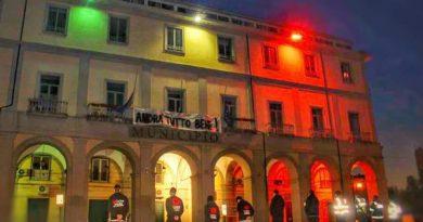 Aversa. Casa Comunale illuminata con il Tricolore