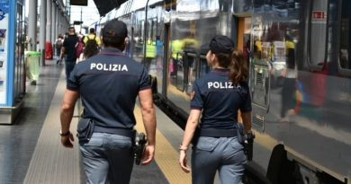 Rapina sul treno Napoli-Salerno, trenta euro il bottino