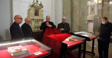 (VIDEO) Aversa. Ricosegnata a Mons. Spinillo la Corona d'oro della Madonna di Casaluce risalente al 1980