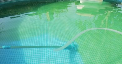 Come gestire (correttamente) l'acqua della piscina privata: consigli su cloro, ph, alghicidi, flocculanti e superclorazione