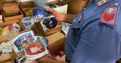 (FOTO) Capi di abbigliamento e mascherine contraffatte, blitz Carabinieri: era destinato ai bambini