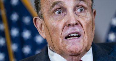 (VIDEO) Imbarazzo per Rudy Giuliani, suda e gli cola la tinta dei capelli