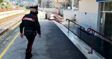Rapina la biglietteria EAV, arrestato: Carabiniere coordina l'arresto dal balcone di casa