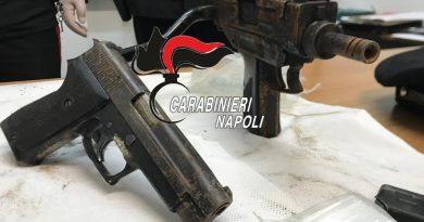 A Napoli mitra e pistola nascosti in un muro
