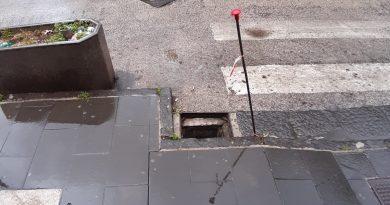 (FOTO) Aversa. Segnalazione cittadino: tombino scoperto in via Corcioni