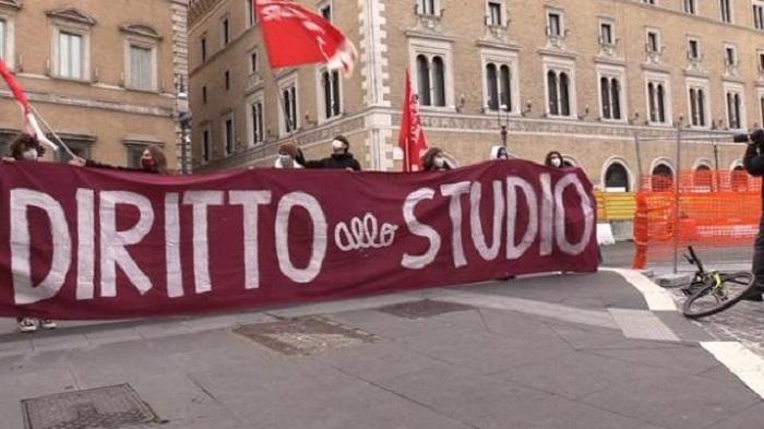 """(VIDEO) Gli studenti in piazza: """"Non si deve bocciare nessuno"""""""