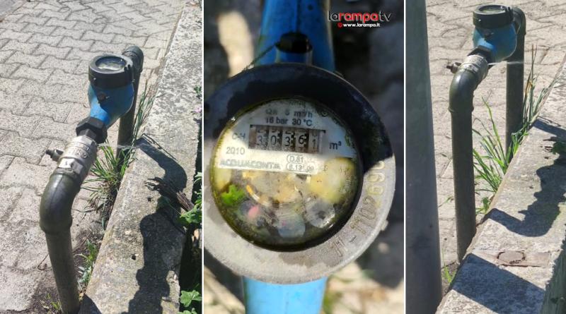 (VIDEO) Aversa. Segnalazione cittadino: perdita acqua… intanto il contatore 'gira gira'